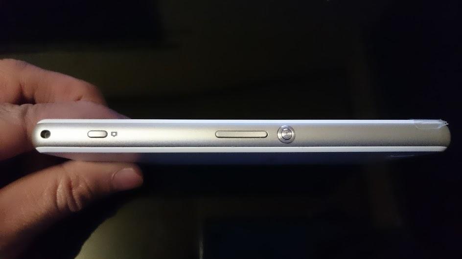 Xperia J1 Compact 右側面