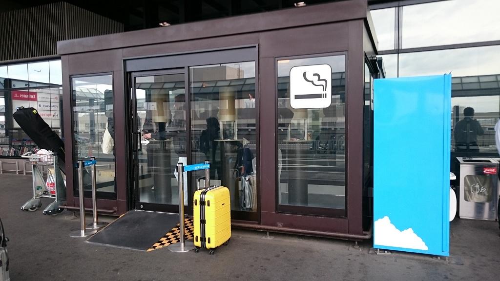 成田空港第2ターミナル北ウィング2番近くの喫煙所