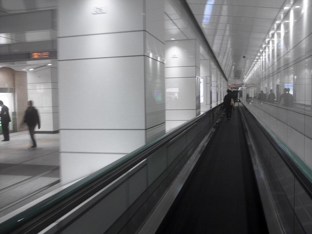 新宿駅西口地下-動く歩道