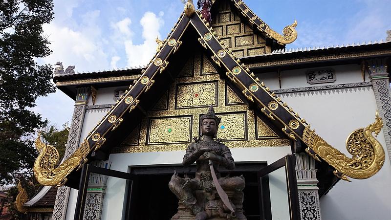 ワット・チェディ・ルアン正面左の寺院