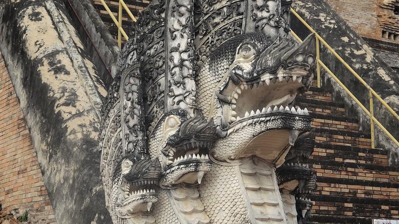 ワット・チェディ・ルアンの仏塔のナーガ(蛇神)