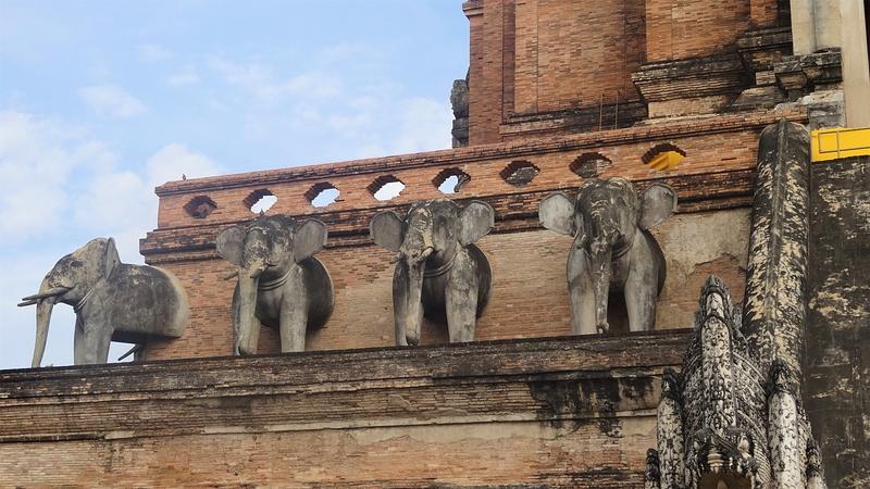 ワット・チェディ・ルアンの仏塔を支える象