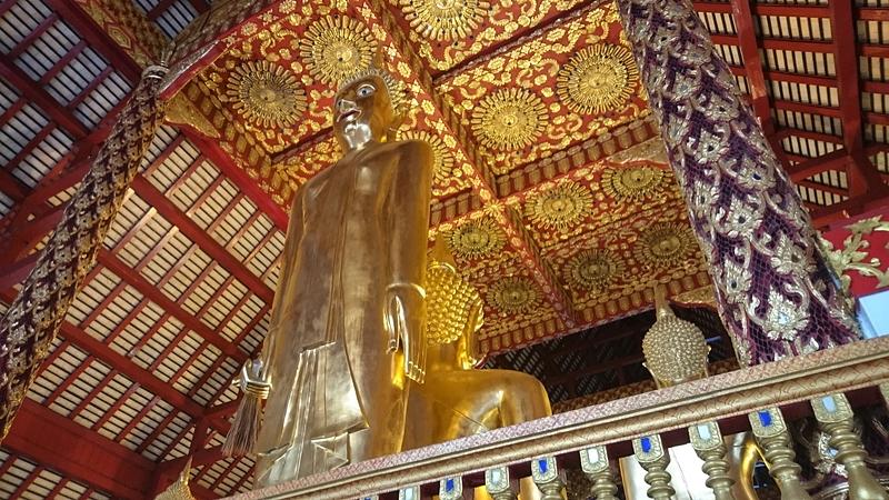 ワット・スアン・ドークの御本尊の裏側にある仏像