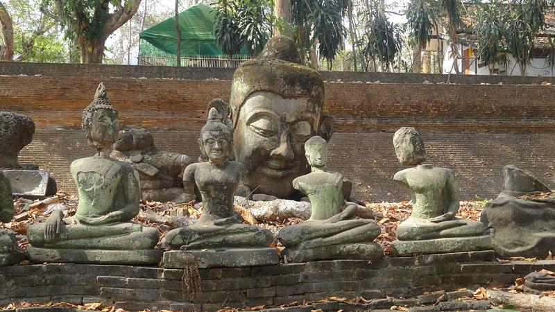 ワット・ウモーンの野外にある仏像