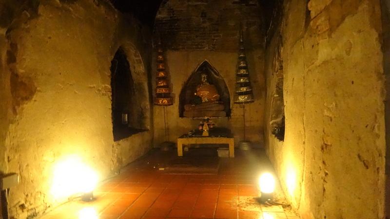 ワット・ウモーンの洞窟内の仏像