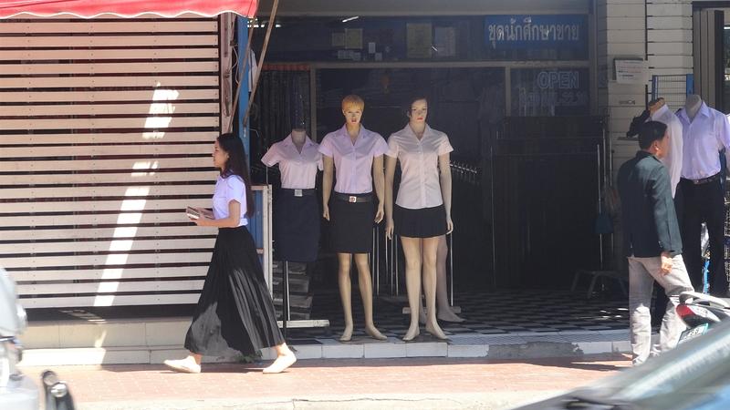 チェンマイ大学正門にある制服ショップ