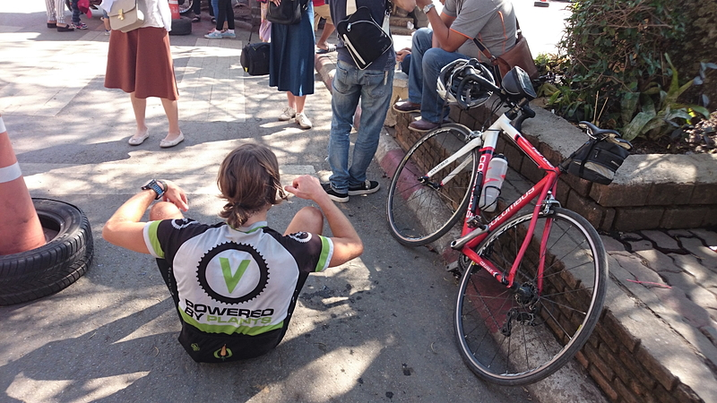 自転車でワット・ドイ・ステープまで来た欧米旅行者