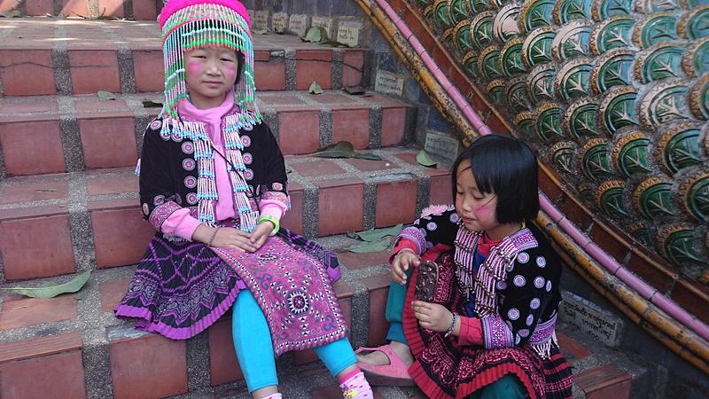 少数民族の衣装を着た子供たち