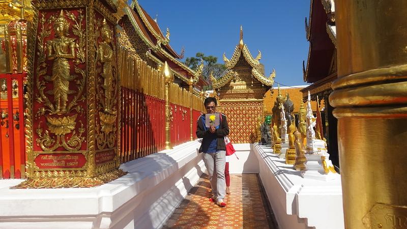仏塔の周りを、お祈りしながら三周するタイ人