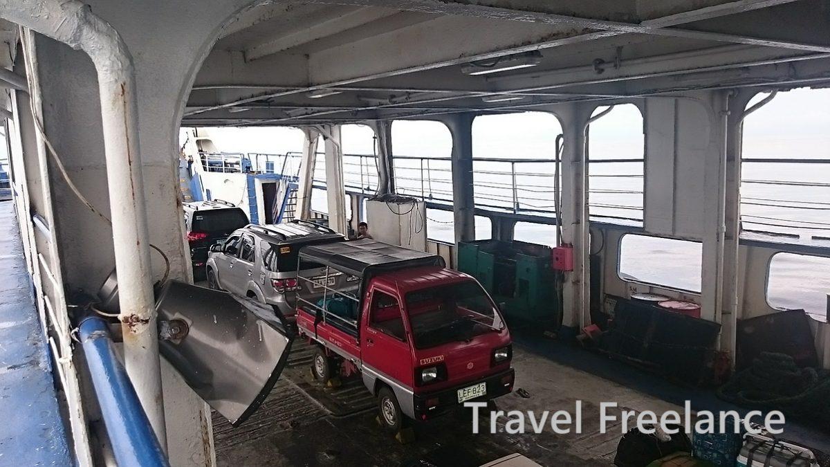 ハグナ港とバルバゴン港との間を運航するカーフェリーの船内の様子